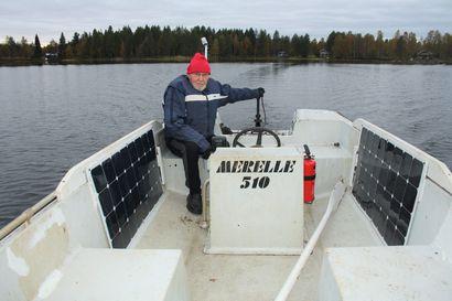 Aurinkoenergia liikuttaa venettä Simojärvellä – Katiskojen tarkistus onnistuu, vaikka taivas olisi pilvien peitossa