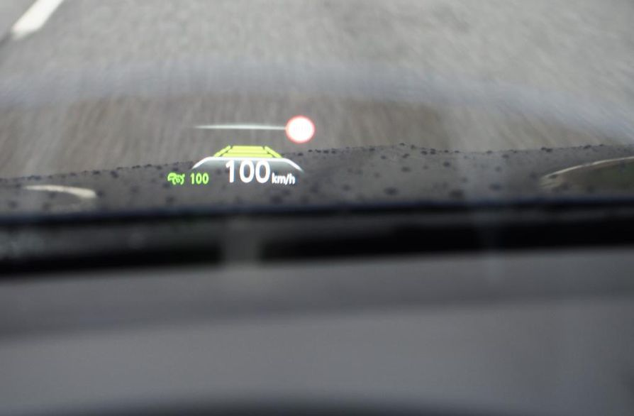 HUD-heijastusnäyttö tuo auton nopeus- ja muita matkatietoja suoraan kuljettajan silmien eteen.