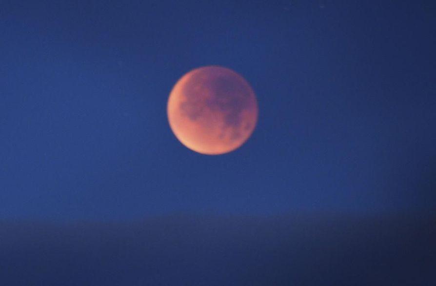 Kuu on tummanpunainen ensi yönä.