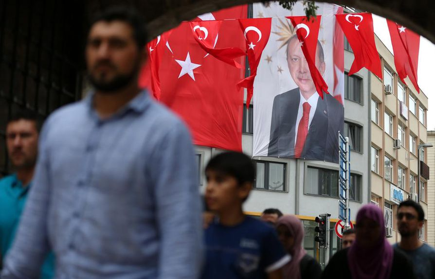 Lauantaina tulee kuluneeksi tasan vuosi siitä, kun maan presidentti Recep Tayyip Erdogan yritettiin syrjäyttää sotilastahojen johtamaksi epäillyssä vallankaappausyrityksessä.