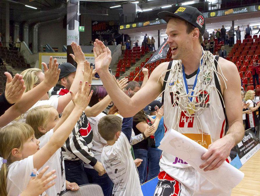 Ville Kaunisto juhli viime keväänä koripallon Suomen mestaruutta.
