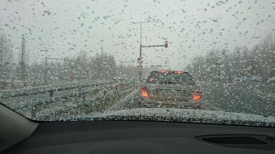 Taivaalta voi tulla lunta tai vettä.