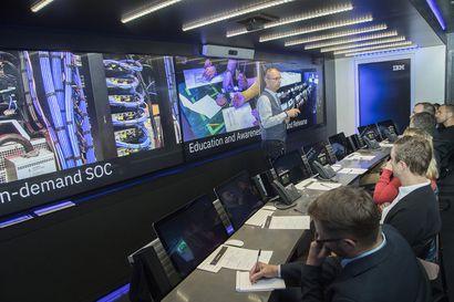 """Kyberrikolliset voivat iskeä missä vain – """"Valkohatut"""" ja simulaatiorekka opettavat torjumaan hyökkäysten haittoja"""