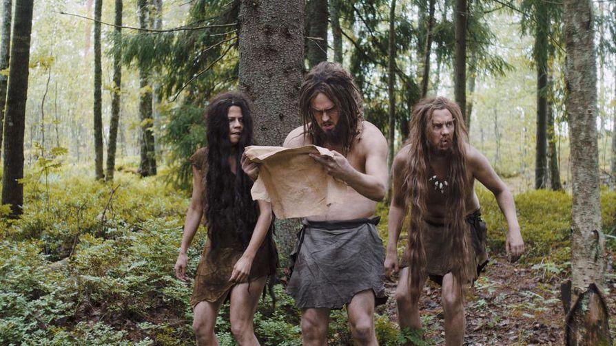 Suomen historia uudella tavalla -sarjassa Suomeen eksyvät neandertalilaiset (Emma Klingenberg, Dennis Nylund ja Samuel Karlsson).