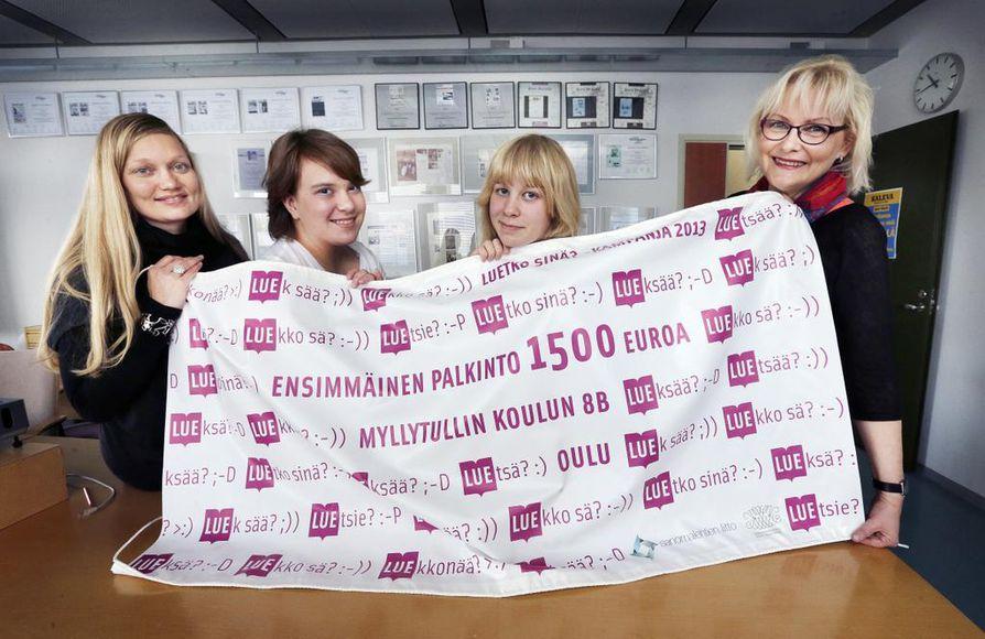 Riikka-Maria Saukkonen (vas.), Maria Beslic, Maija Turunen ja Irene Härkönen palkittiin keskiviikkona Kalevassa. Stipendi on tervetullut lisä luokkaretkirahastoon.
