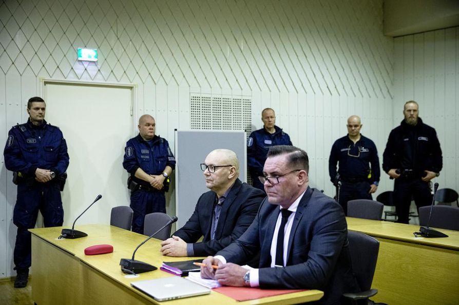 """United Brotherhoodin lakkautusoikeudenkäynnin valmisteluistunto pidettiin tammikuussa. Siihen osallistui myös UB:n johtajana pidetty Tero """"Kukkis"""" Holopainen (vas.) vierellään asianajaja."""