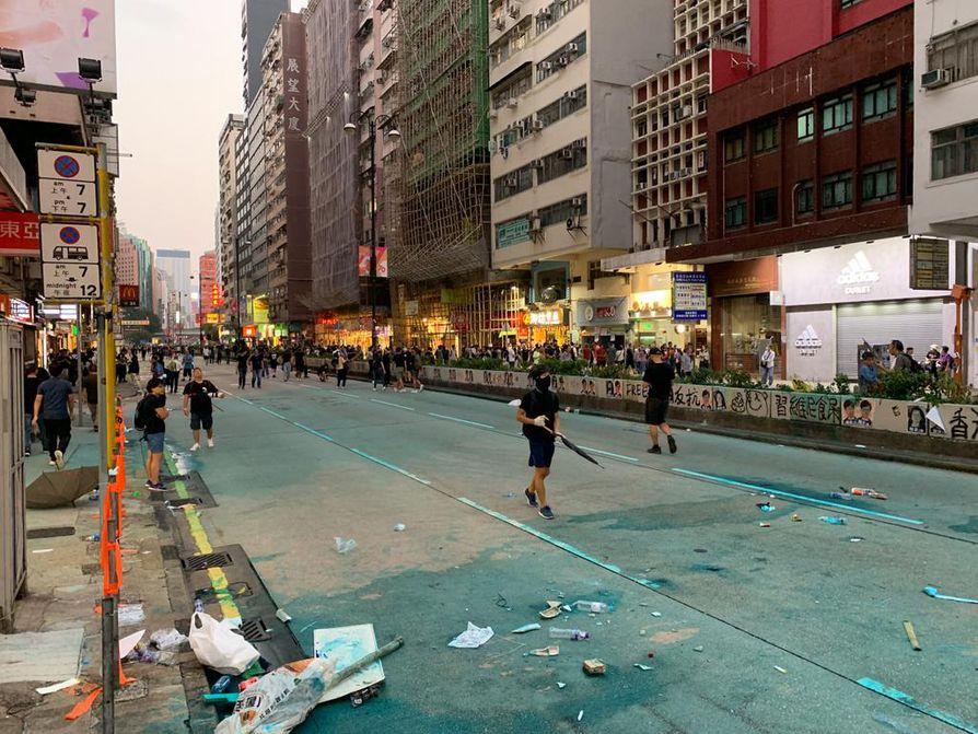 Hongkongissa huhtikuusta jatkuneet protestit ovat jättäneet jälkeensä tuhoa, joka usein korjataan nopeasti.