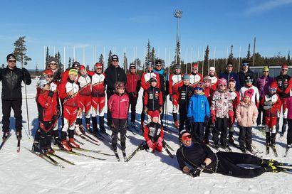 Hiihdon riemua kauden päätöstreenissä – MM-mitalisti Ristomatti Hakola kiritti Kuusamon Erä-Veikkojen junnuja Rukan stadionilla
