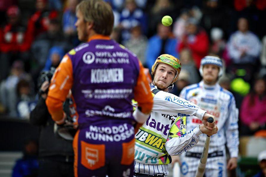 Toni Kohonen oli pitkään pesäpallon valovoimaisin pelaajapersoona. Perttu Ruuska (keskellä) on hänen potentiaalinen manttelinperijänsä.