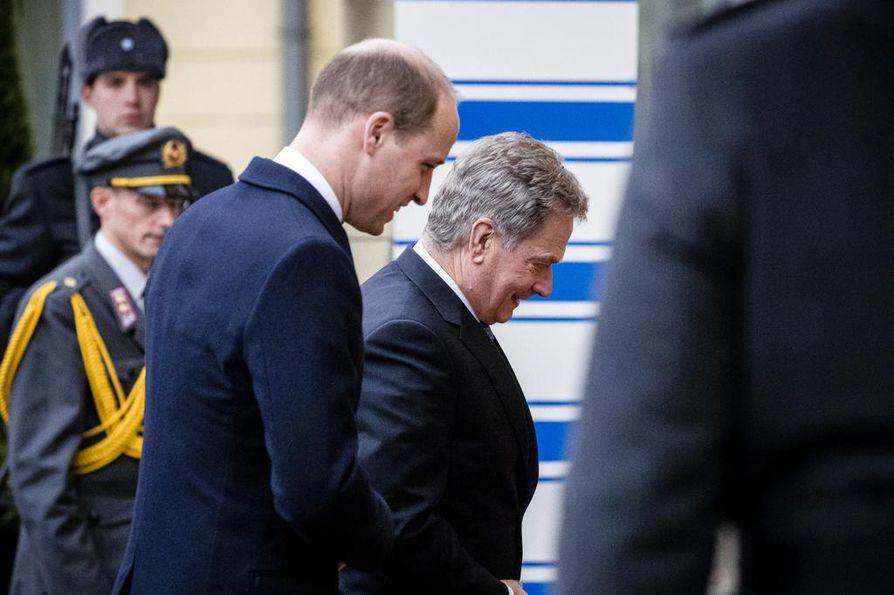Kruununperimyksessä toisena tuleva prinssi William tapasi tasavallan presidentti Sauli Niinistön marraskuussa 2017 Helsingissä. Tapaamisessa William toi kuningattaren onnittelut Suomen 100-vuotisen itsenäisyyden kunniaksi.