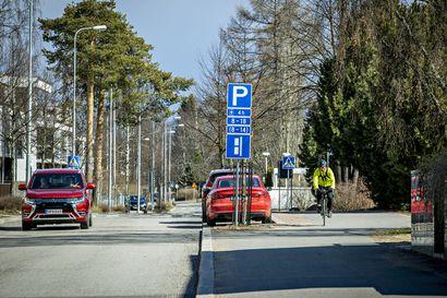 """Uudet pysäköintisäännöt hämmentävät ja ärsyttävät Tuiran uimalan alueella–""""Aikarajoitusten ansiosta lyhytaikaisia pysäköintipaikkoja on nyt enemmän saatavilla"""", sanoo kaupungin liikenneinsinööri"""