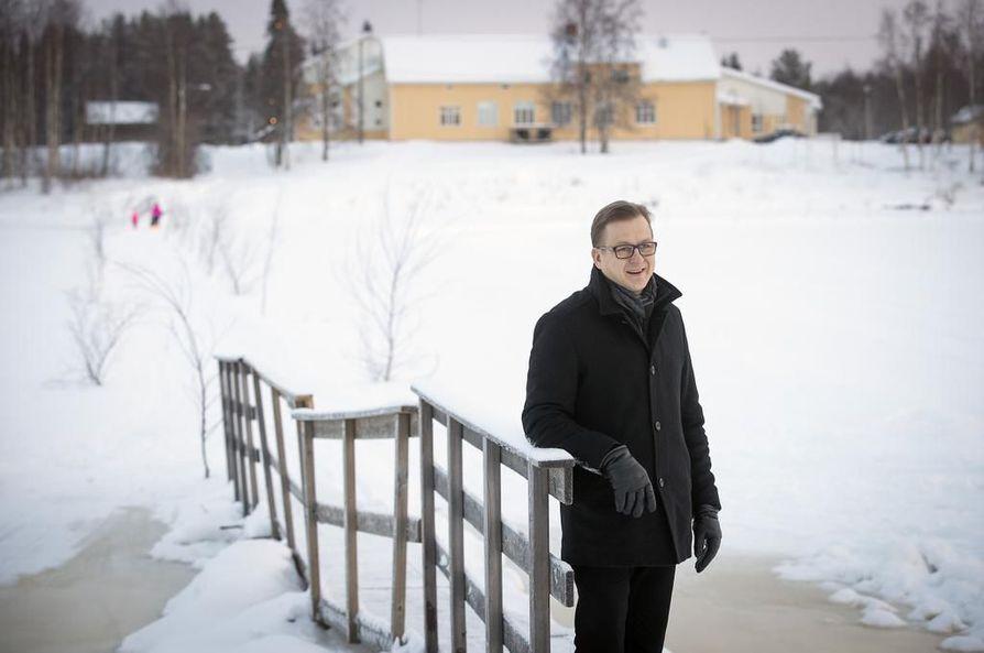 Tälle paikalle alkaa nousta Pohjois-Euroopan suurin riippusilta ensi viikolla. Sillan puuhamies Hannu Kaisto Jakkukylän kyläyhdistyksestä poseerasi sillan paikalla viime talvena. Vastarannalla näkyy Jakun koulu.