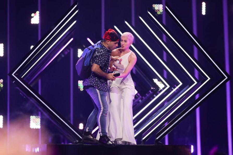 Euroviisuissa tapahtui odottamaton hyökkäys Britannian SuRien Storm-laulun aikana. Katsoja juoksi lavalle ja nappasi SuRien mikrofonin.