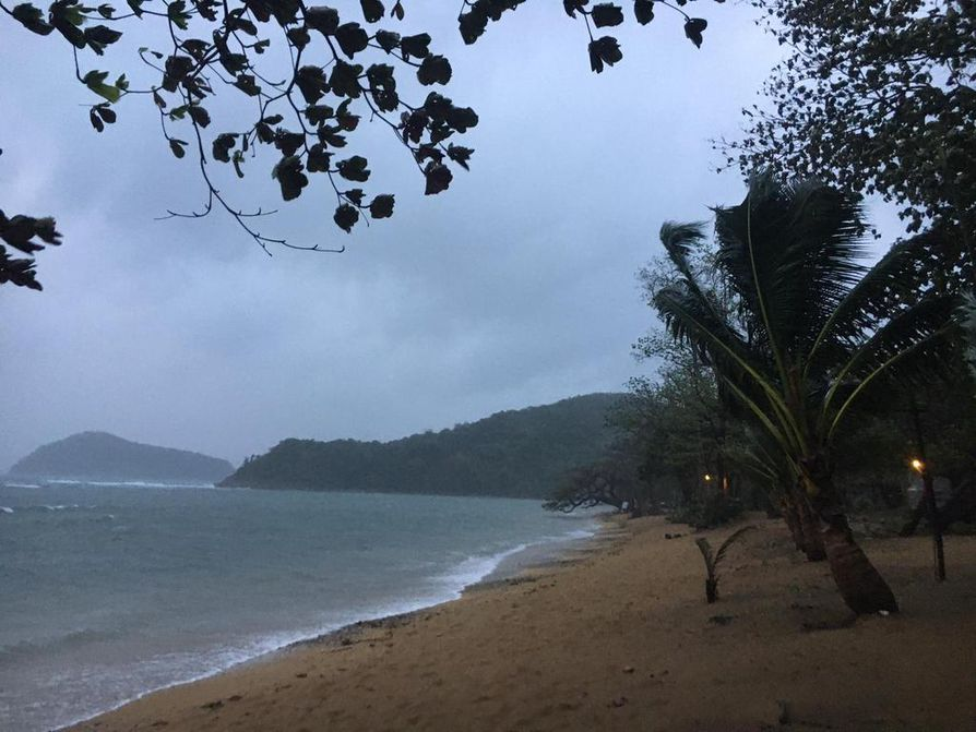 Taifuuni nuijii paratiisirantaa Filippiineillä