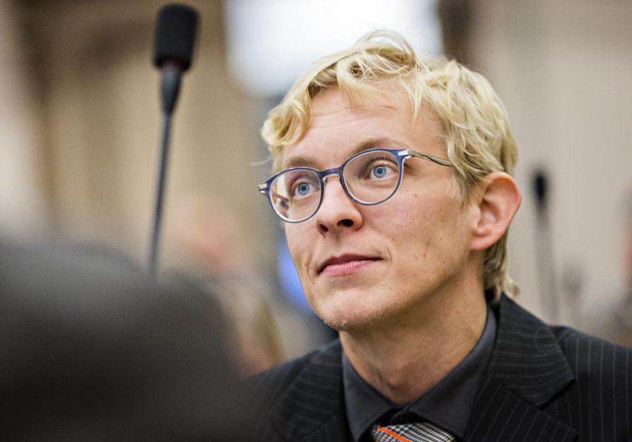 Matias Ojalehto (kesk.) huomauttaa, että henkilökunta on jo pitkään kipuillut suurien ryhmäkokojen kanssa.
