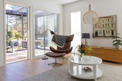 Oululaispariskunta muutti lasten kotoa lähdettyä pienempään asuntoon – katso kuvia avarasta ja valoisasta kodista, jonka lempipaikka on lasiterassihuone
