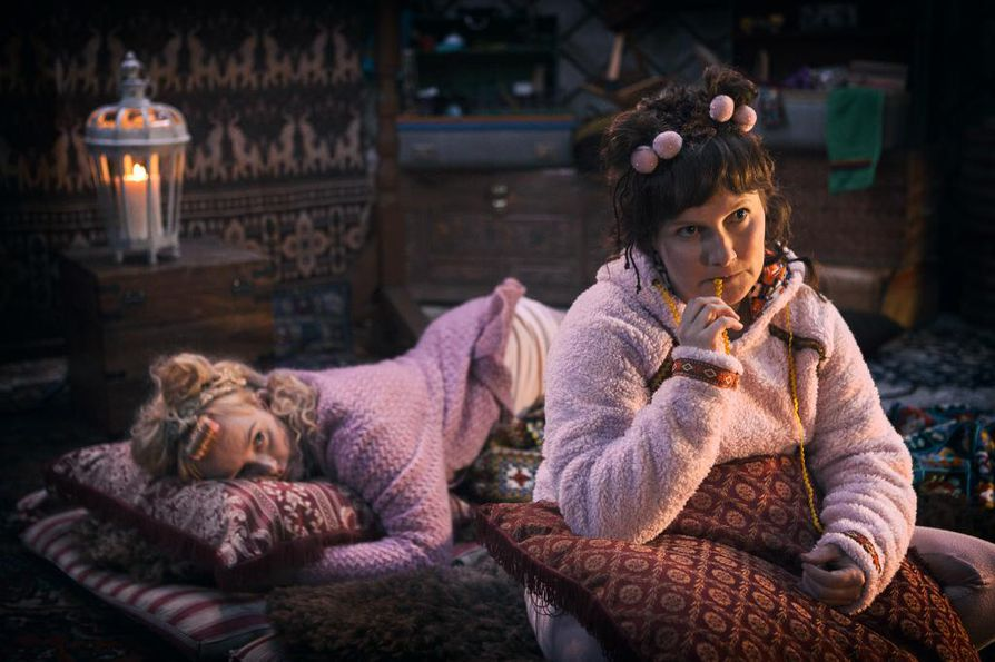 Serkku Shh (Emilia Sinisalo) ja Huima Hurja (Hanna Raiskinmäki) asuvat kodikkaassa jurtassa. Heitä kiinnostaa kovasti, mikä on Joulupukin salainen kirja. Siitä he aikovat ottaa joulukuussa selvää yhdessä Kaino Juhana -tonttusen kanssa.