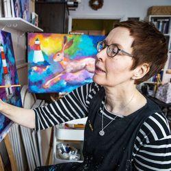 Sylvilagus pendelöi Lapissa kahden ammatin ja paikkakunnan väliä: Kuvataiteilijana hän piirtää ja maalaa jäniksiä, autokirjastonhoitajana palvelee asiakkaita kirjastoautossa