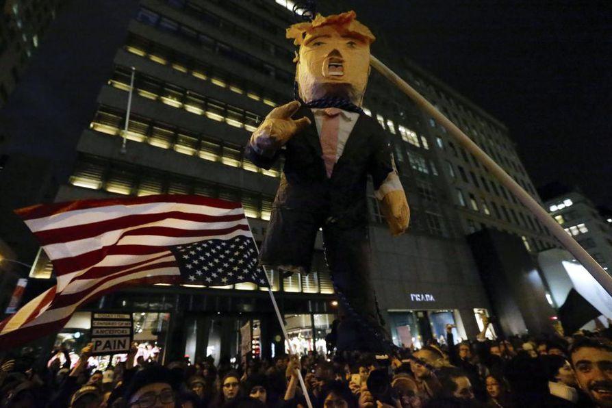 Ihmisiä kerääntyi myös Trump Tower eteen New Yorkissa.