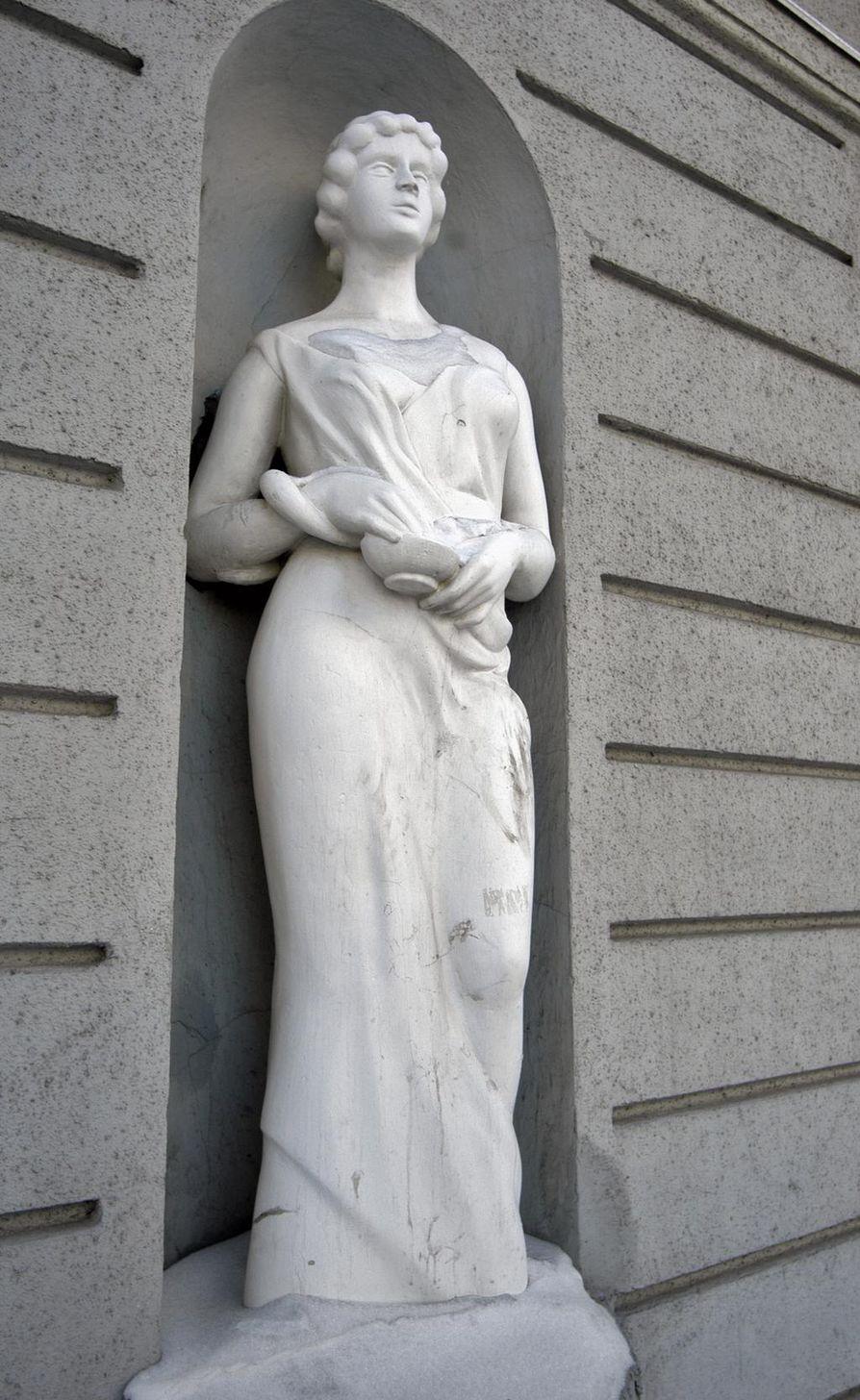Hygieia, terveyden ja puhtauden jumalatar, jonka maljasta käärme juo. Sana hygienia tulee nimestä.