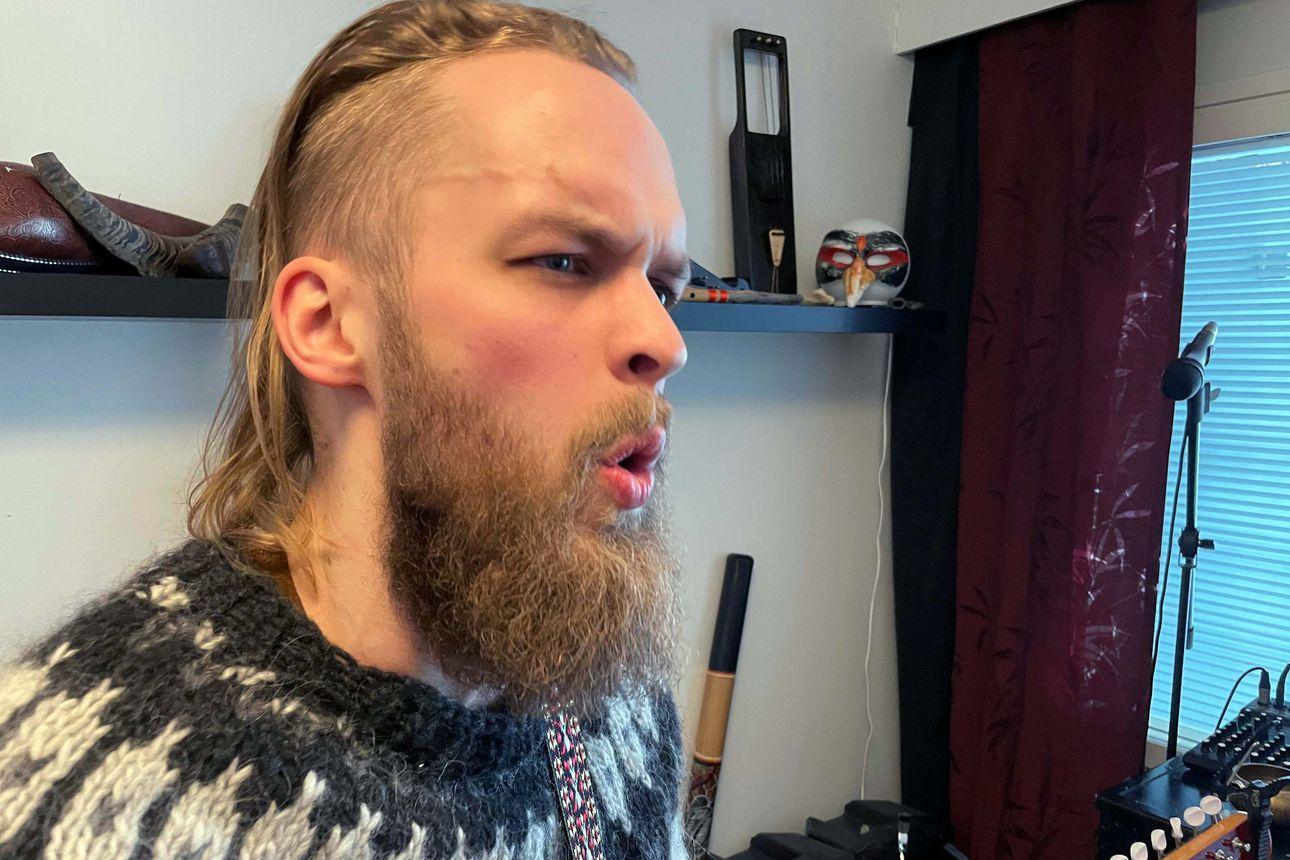 Kempeleessä hierontayrittäjänä toimiva Aki Vähäsarja soittaa keikoillaan jopa 15 eri soitinta – katso miten artistinimellä Hämy etnistä musiikkia tekevä mies laulaa kurkkulaulua ja pistää jouhikon soimaan