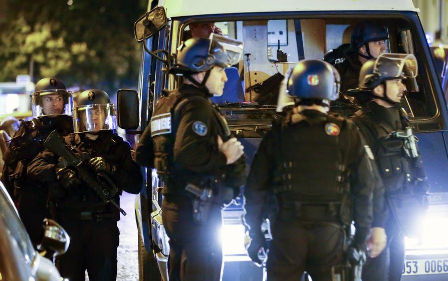 Pariisin poliisit vartioivat katuja lähellä Champs Elysees'tä yhden poliisin kuoltua ja toisen haavoituttua terrori-iskussa Pariisissa torstai-iltana.