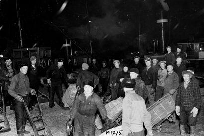 Vanhat kuvat: Yöllisiä lastaustöitä tehtiin Nuottasaaressa ja mainosvalot loistivat Oulun kaduilla