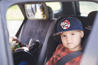 """Selkä menosuuntaan, ei irtotavaroita ja eväät, joita ei voi vetää henkeen – näillä vinkeillä automatkailu lasten kanssa sujuu leppoisammin: """"Kannattaa asennoitua taittamaan matkaa lasten tahdilla"""""""