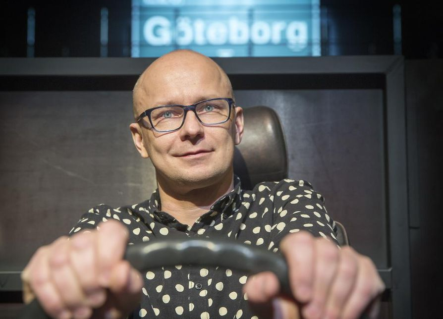 Ohjaaja Mika Ronkainen kirjoitti Laulu koti-ikävästä -elokuvansa materiaalista samannimisen näytelmän.