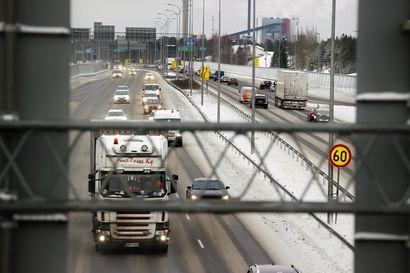 Jumiin jäänyt raskas ajoneuvo haittasi liikennettä Pohjantien rampissa Laanilassa