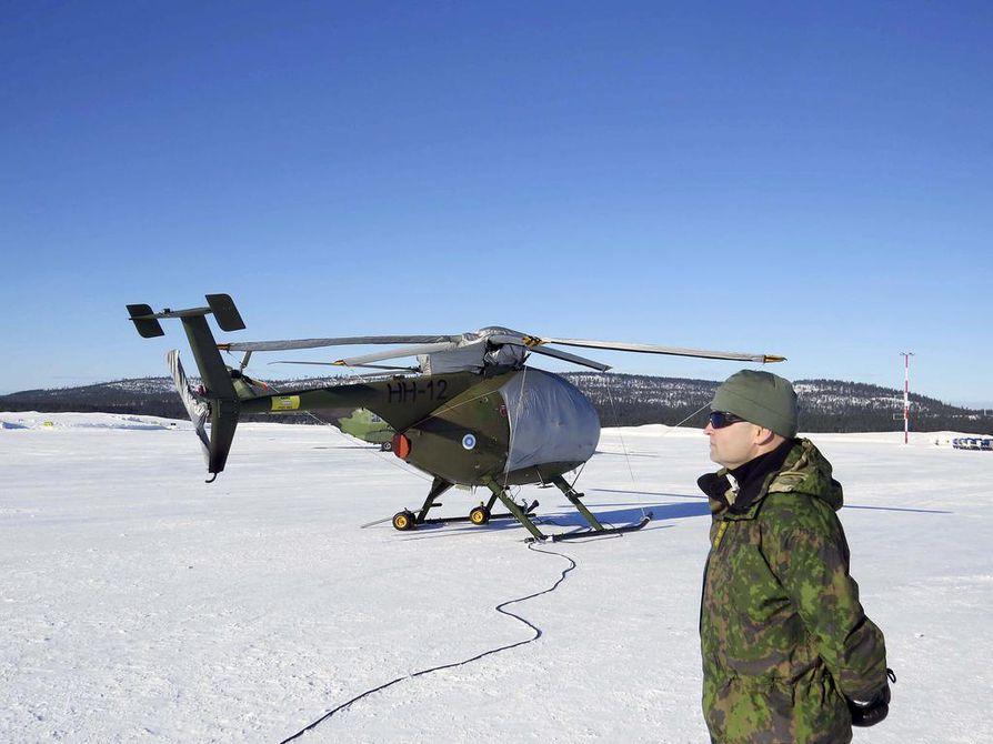 Rykmentin komentajan Jaro Kesäsen mukaan myös kopterilentäjien on osattava pelastatutua ja heidät koulutetaan siihen.