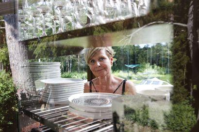 Siirrä kodin sydän kesäksi ulos ja kokkaa suojassa katon alla – Airaksisten pihakeittiö laajeni lisähuoneeksi