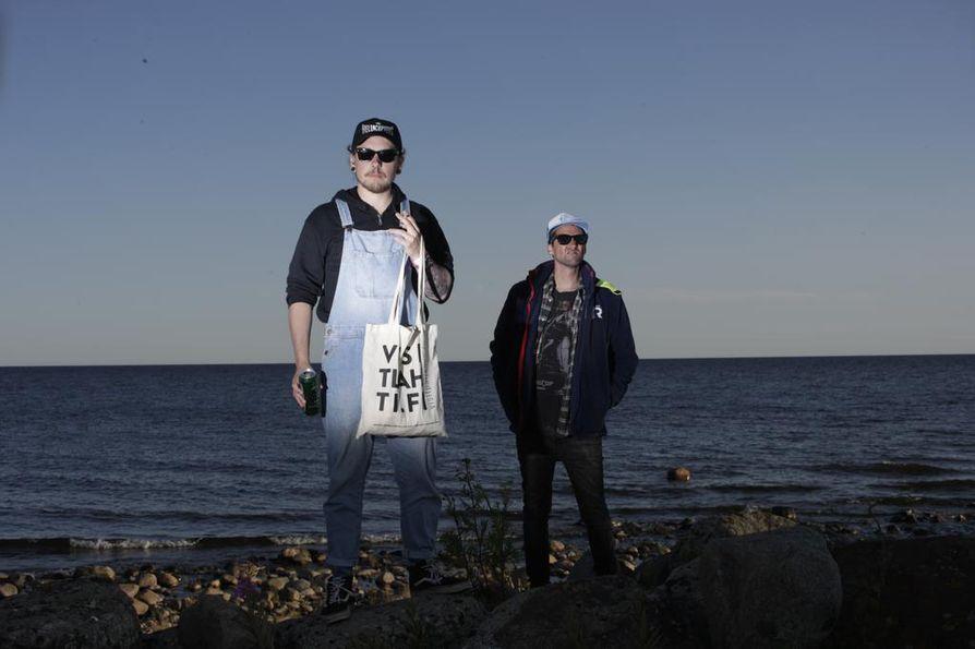 Matti Kaskela (vas) ja Veli-Pekka Tolonen festarilookeissaan.