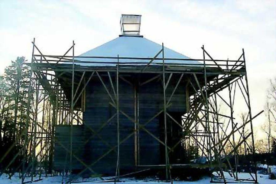 Palkittu rakentamishanke. Puurakennuspalkinto myönnettiin Kärsämäen paanukirkolle rakennustyön ollessa vielä kesken. Talkootöinä ja käsityönä rakennettava kirkko valmistunee vuonna 2004.