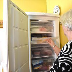 """Olivatko kodinkoneet ennen kestävämpiä? Kaija Kokkonen osti valkoisen arkkupakastimen 46 vuotta sitten: """"Siitä tuli kuin perheenjäsen"""""""