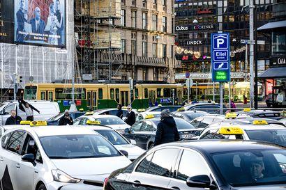 Miksi Helsinki-Vantaalla ohjataan koronatestistä taksiin? Taksiyrittäjät ovat lisänneet suojavarusteluaan, mutta Taksiliitto peräänkuuluttaa ilmoitusta koronaepäilystä etukäteen