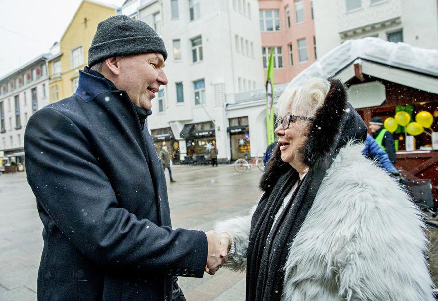 Seija Tarsala oli ensimmäisiä, jotka tulivat tervehtimään vihreiden presidenttiehdokasta Pekka Haavistoa Oulun Rotuaarilla lauantaina.