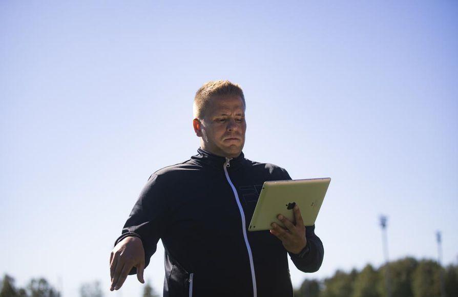 Juha-Matti Kanniainen ei ratkaissut kiistanalaisia tilanteita videoiden avulla omalla tuomariurallaan. Hänen mielestään VAR:n käytössä on menty rajan yli naisten MM-lopputurnauksessa.
