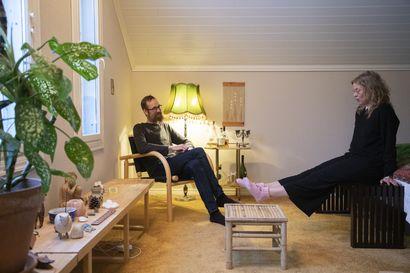 Herran kukkarossa – Jenni Kinnusen ja Tuomo Rahkon kodissa Muhoksella on urkuhuone ja kanttorin konjakkinurkkaus, mutta ei juurikaan uutena ostettuja asioita