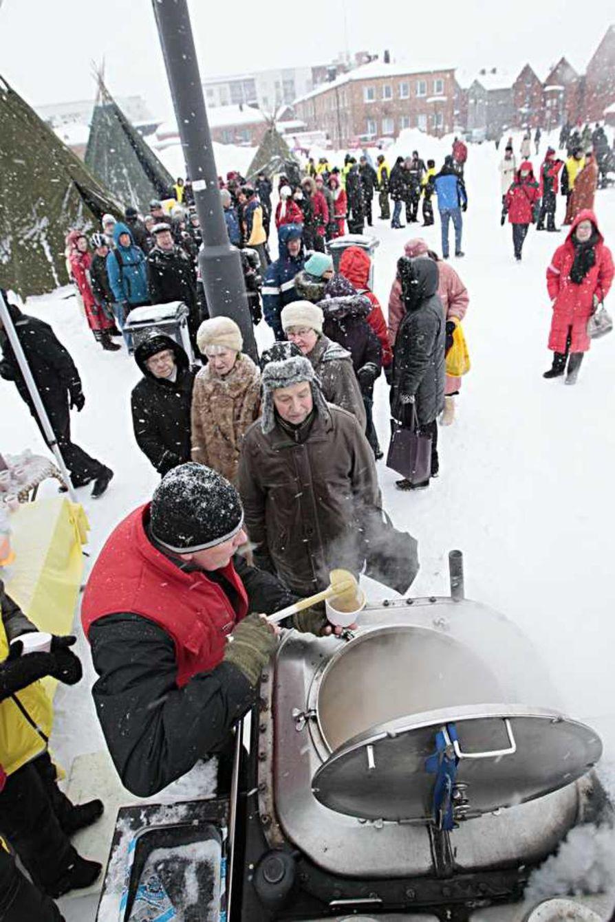 Hernekeitto maistui Ookko nää-kansanjuhlassa torilla.