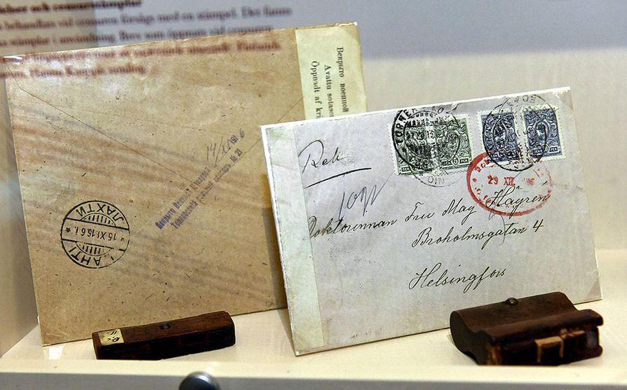 Postisensuurissa tarkastetut kirjeet avattiin yleensä kapealta sivulta. Tarkastuksen jälkeen kuori suljettiin paperiliuskalla ja varustettiin tekstillä, joka kertoi kirjeen vastaanottajalle sensuurista. Lisäksi sensuroituihin lähetyksiin lyötiin leimoja.