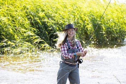 """Kempeleläinen perhokalastaja Riikka Turpeinen viihtyy Koillismaan ja Lapin kalaisten vesien varsilla –""""Haaveena on saada rautu koukkuun"""""""