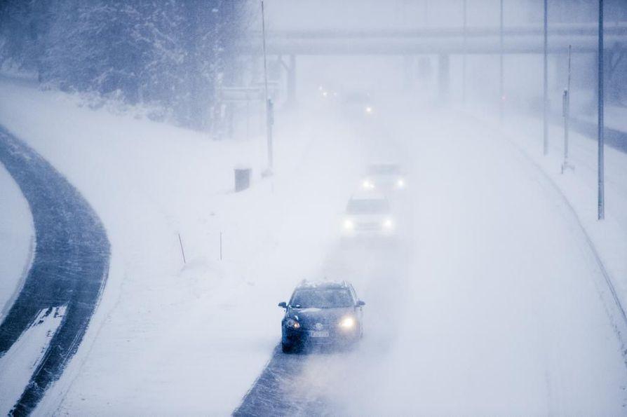 Pilvisen päivän liikennesäätä heikentää lumisade, jota saadaan monin paikoin. Arkistokuva.