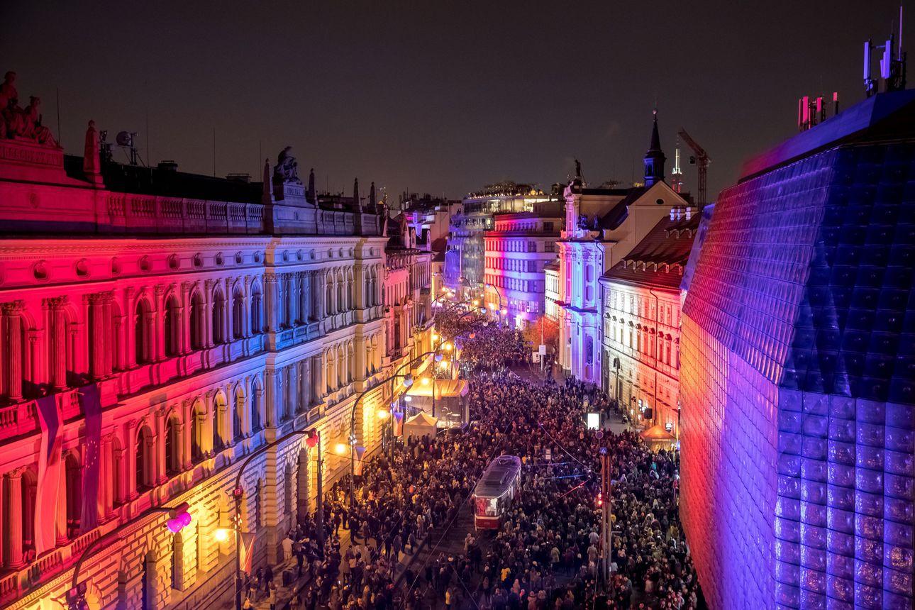 Näkökulma: Tshekkoslovakian Samettivallankumouksesta on 30 vuotta – nyt kansa on taas kaduilla vaatimassa valtaapitävien eroa
