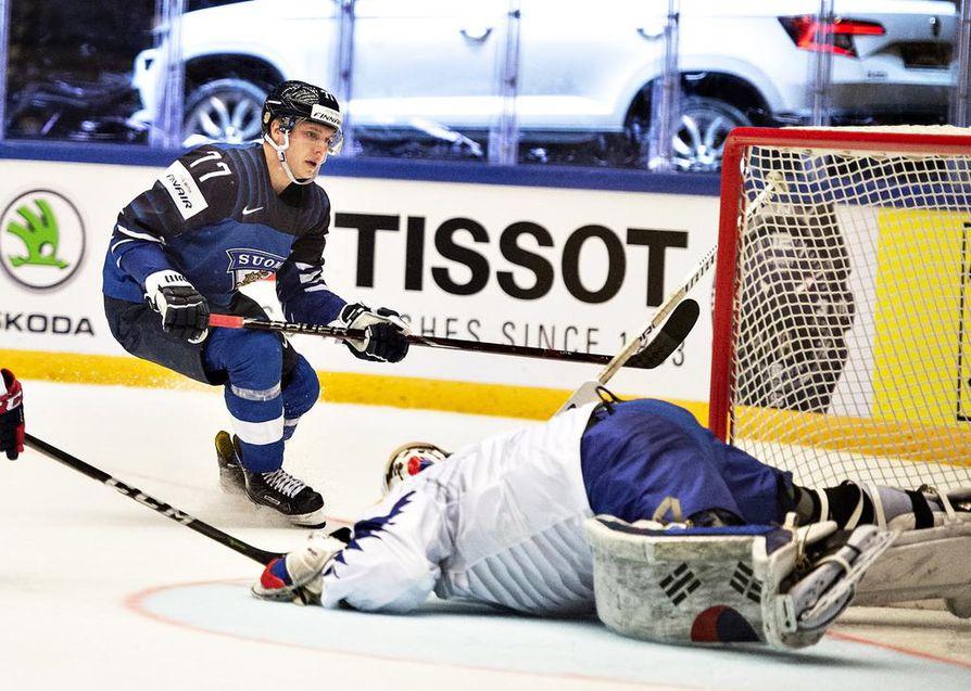 Markus Nutivaara juhli maalia Suomen avausottelussa Etelä-Koreaa vastaan.