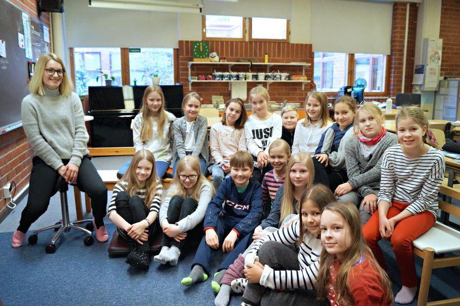 Oulun Normaalikoulun 4B-luokka kirjoittaa Meidän Juttu -verkkolehteen. Ryhmätyönä tehtävien artikkelien aiheet ovat monipuolisia ja mielenkiintoisia. Yksi juttu kertoo kahden tähden sulautumisesta yhteen vuonna 2022, toinen esittelee talviulkoilulajeja ja kolmannessa haastatellaan oman koulun henkilökuntaa.