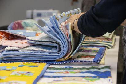 """Oulu-opiston opiskelijoiden käsissä syntyy tilkkupeittoja OYSin keskosvauvoille lahjaksi–""""Nuppupeitot"""" ovat muodostuneet jo perinteeksi"""
