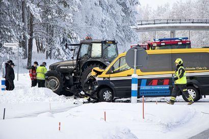 Taksi ja traktori kolarioivat Ruukissa – taksinkuljettaja loukkaantui lievästi