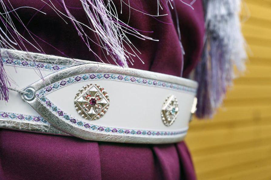 Vyöt koristellaan erimuotoisilla hopeanapeilla tyypillisesti siviilisäädyn mukaan.