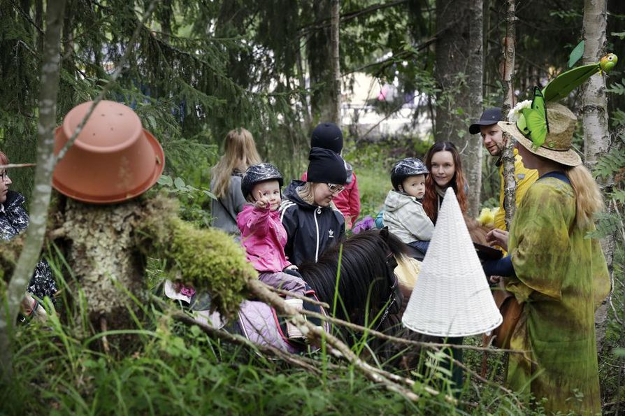 Kaisa Mustonen (kolmas oik.) osallistui retkelle Oskari-poikansa kanssa. Itsekin hevosia harrastava Mustonen sanoo, että poika haluaisi usein tallille mukaan.